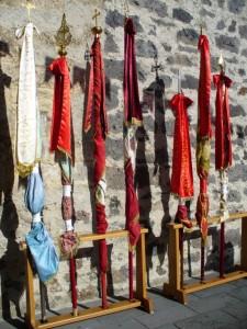 Bandiere di San Costantino e degli altri santi del paese